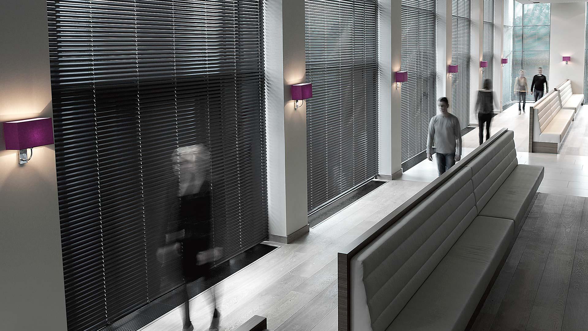 żaluzje aluminiowe w biurze